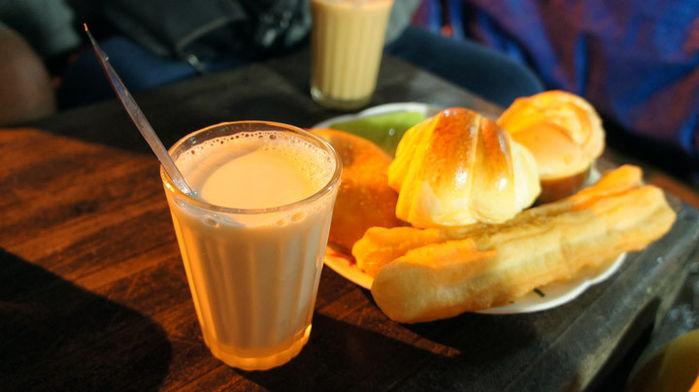 Khách du lịch thưởng thức sữa đậu nành nóng thường dùng kèm một vài chiếc bánh ngọt, bánh sừng trâu.