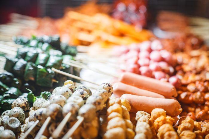 Xiên nướng được bày bán rất đa dạng, từ cá viên, bò viên, xúc xích cho đến bò lá lốt, thịt heo, cánh gà,...