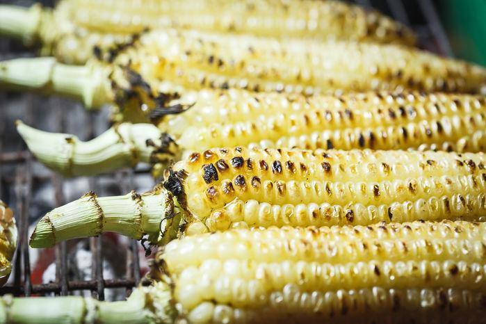 Bắp nướng cũng là một món ăn dễ tìm tại chợ đêm Đà Lạt.