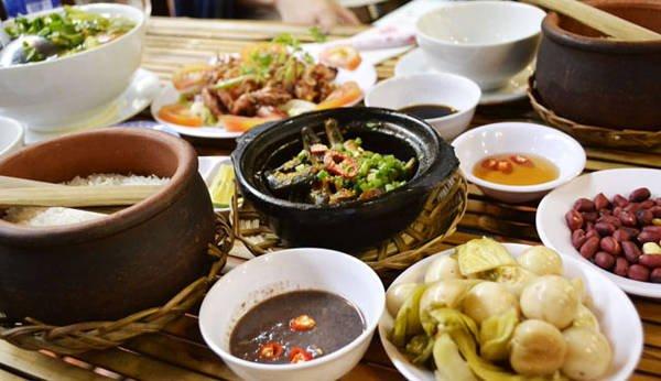 Cơm niêu, cơm đập là món ăn quen thuộc ở Đà Lạt.