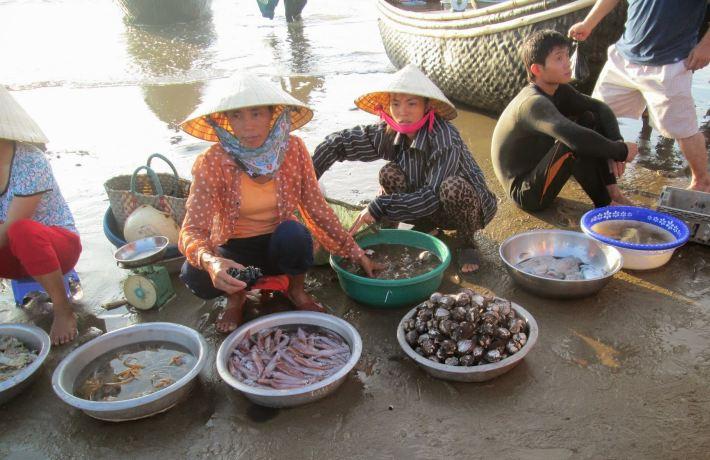 Chợ hải sản ngay trên bãi biển Sầm Sơn.