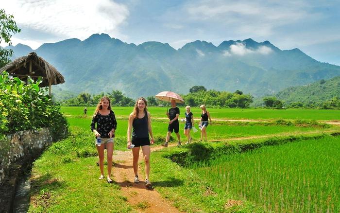 Du khách dạo chơi trong thung lũng Mai Châu