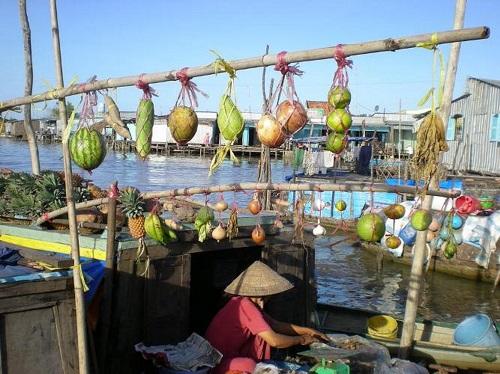 Ghe hàng bán nhiều loại rau quả được thể hiện trong việc trưng bày cây bẹo rất phong phú có dưa hấu, bầu, khoai lang, bưởi, khóm, chuối.... Ảnh: canthotv