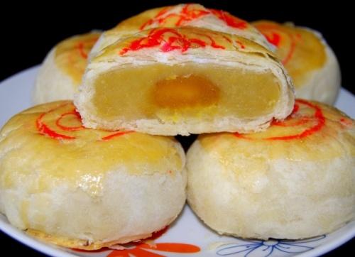 Trăng sáng Trung Thu thưởng thức món bánh pía với gia đình là điều hết sức thú vị. Ảnh: Foody