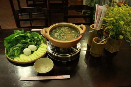 Nồi lẩu cháo cua đồng thơm ngon được dùng kèm với nhiều loại rau. Ảnh:monanmientay