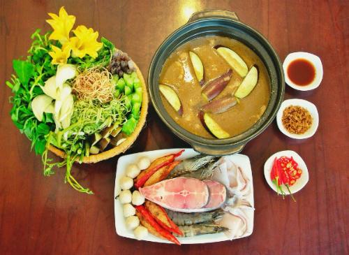 Những loại hải sản được bày sẵn ra đĩa, chỉ khi nào ăn mới bắt đầu cho vào nồi nước dùng sôi. Ảnh: Depplus