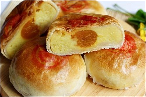 Sau khi cuộn tròn nhân bánh, vỏ ngoài sẽ được thoa một lớp lòng đỏ trứng muối rồi đem vào lò nướng
