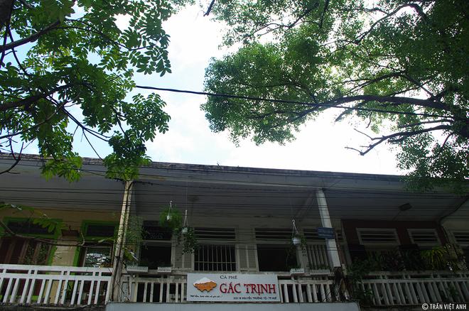 """Gác Trịnh nằm ở tầng 2, số nhà 203/19, dãy nhà C, khu tập thể Nguyễn Trường Tộ. Căn gác nhỏ từng là """"một chốn đi về"""" của nhạc sỹ Trịnh Công Sơn vào những năm 60 - 70 của thế kỷ trước. Tại đây ông đã sáng tác những bản nhạc đầu tiên của mình."""