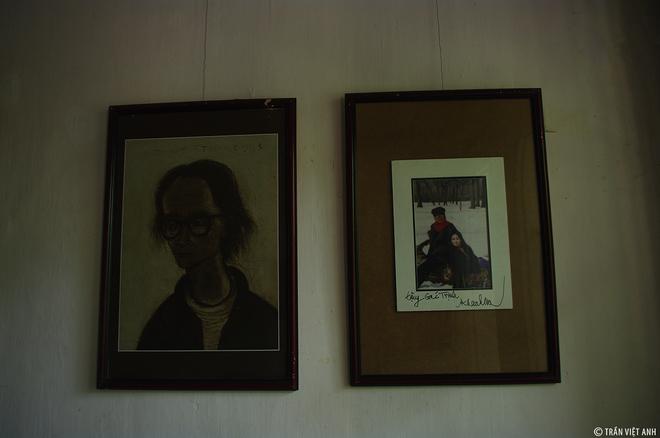 """Nơi đây còn lưu giữ lại những kỷ vật của ông, cùng tranh ảnh lưu niệm bạn bè, gia đình ông tặng lại. Chính những kỷ vật ấy đã làm nên một """"không gian văn hóa Trịnh"""" có một không hai. Trong đó có những kỷ vật quý như ảnh của danh ca Khánh Ly gửi tặng, hay lá thư tình ông viết cho Dao Ánh…"""