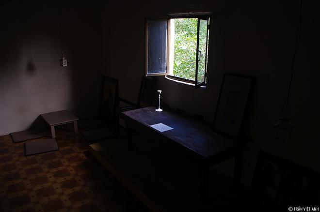 Căn gác ở cuối nhà, nơi khung cửa sổ nhỏ là bộ bàn ghế ông từng ngồi để sáng tác những tình khúc bất hủ. Khách ghé có thể ngồi uống cafe ngay tại đây.