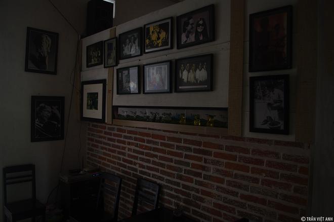 Gian nhà giữa quán là nơi treo nhiều tranh ảnh kỷ niệm của ông. Căn gác nhỏ không chỉ là kỷ niệm, đó còn là nỗi nhớ, niềm thương về một cố nhạc sĩ tài hoa một thời.