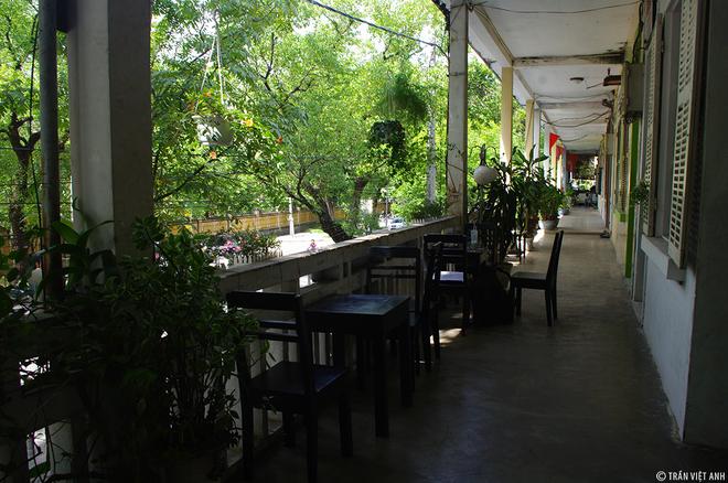 """Lan can bên ngoài bày hai bộ bàn ghế, khách đến có thể ngồi trên đây ngắm xuống phố Nguyễn Trọng Tộ. Đây cũng là nơi mà Trịnh Công Sơn ngồi ngắm hình bóng """"Diễm"""" dưới hàng cây long não, mỗi lần """"Diễm"""" tan học về."""