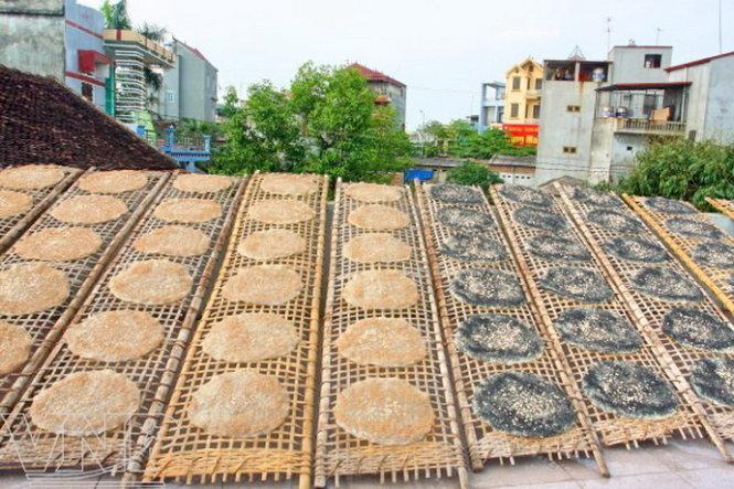 Đến Bắc Giang bạn sẽ bắt gặp hình ảnh thân thuộc những chiếc phên phơi bánh đa- Ảnh: Huyền Trần