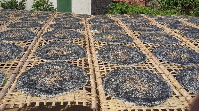 Đến Bắc Giang bạn sẽ bắt gặp hình ảnh thân thuộc những chiếc phên phơi bánh đa