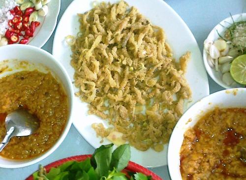Tại các vùng biển, bạn có thể tìm thấy nhiều nhà hàng, quán ăn phục vụ món gỏi nhệch gia truyền. Giá khoảng 250.000 đồng một suất từ 4 - 6 người ăn