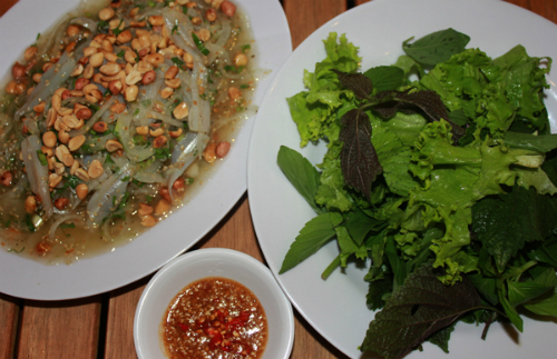 Một số địa chỉ gợi ý cho bạn là các quán bán buổi chiều ở khu vực bờ kè ven sông Cà Ty, biển Mũi Né, đường Nguyễn Đình Chiểu... Giá một đĩa nhỏ khoảng 60.000 đồng, đĩa lớn 100.000 – 120.000 đồng tùy quán