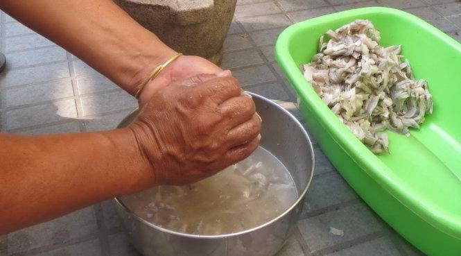 Rửa, vắt cá sặt và quết cho thật nhuyễn