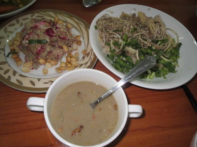 Món Phlia ăn với bắp chuối chấm mắm bò hóc