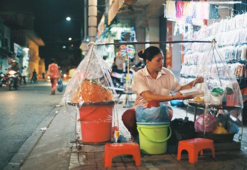 Bạn sẽ dễ dàng bắt gặp một nơi bán gỏi tôm trứng ở khắp nơi trong trung tâm thành phố Cần Thơ.