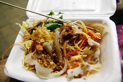 Món ăn gây ấn tượng với thực khách bởi màu sắc đa dạng của nhiều loại nguyên liệu.