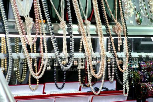 Ngọc trai là một sản phẩm đặc trưng của Phú Quốc được bán nhiều ở chợ đêm Dinh Cậu.