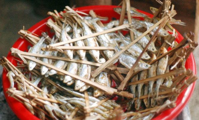 Những rổ cá với các xiên cá chữ A, mỗi xiên 4-5 con với kích thước chỉ bằng một đốt ngón tay