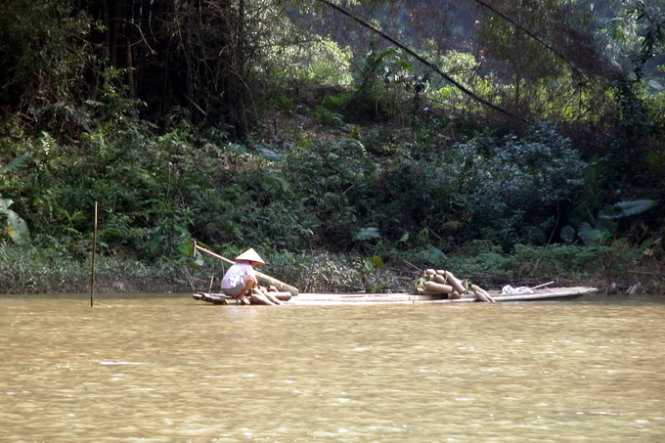Người dân đánh bắt cá trên sông Năng, ngay nơi hợp lưu hồ Ba Bể để phục vụ du khách