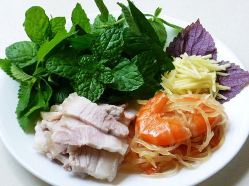 Tôm chua ngon đất Huế ăn kèm thịt ba chỉ và rau sống mới đúng điệu