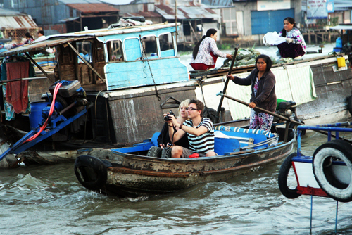 Chợ nổi Cái Răng không chỉ là nơi buôn bán sinh hoạt của người dân Cần Thơ mà nó còn là địa chỉ du lịch hấp dẫn của khách du lịch trong và ngoài nước. Thỉnh thoảng lẫn trong những đám thuyền ghe chở đầy hoa quả, hàng hoá, lại thấy thấp thoáng những chiếc tàu du lịch cỡ nhỏ phục vụ khách thăm quan, trong đó có rất nhiều khách nước ngoài. Khách ta, khách tây đủ loại tất cả như bị cuốn vào nhịp buôn bán sôi động đang diễn ra trên sông.