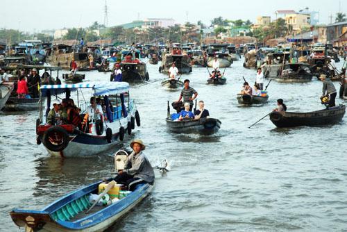 Thỉnh thoảng lẫn trong những đám thuyền ghe chở đầy hoa quả, hàng hoá, lại thấy thấp thoáng những chiếc tàu du lịch cỡ nhỏ phục vụ khách thăm quan, trong đó có rất nhiều khách nước ngoài. Khách ta, khách tây đủ loại tất cả như bị cuốn vào nhịp buôn bán sôi động đang diễn ra trên sông.