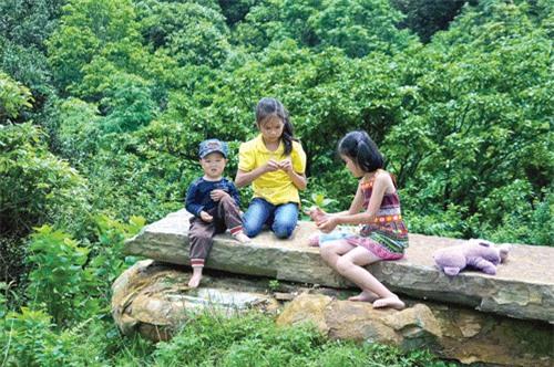 Trẻ em vùng cao với các trò chơi tự tạo.