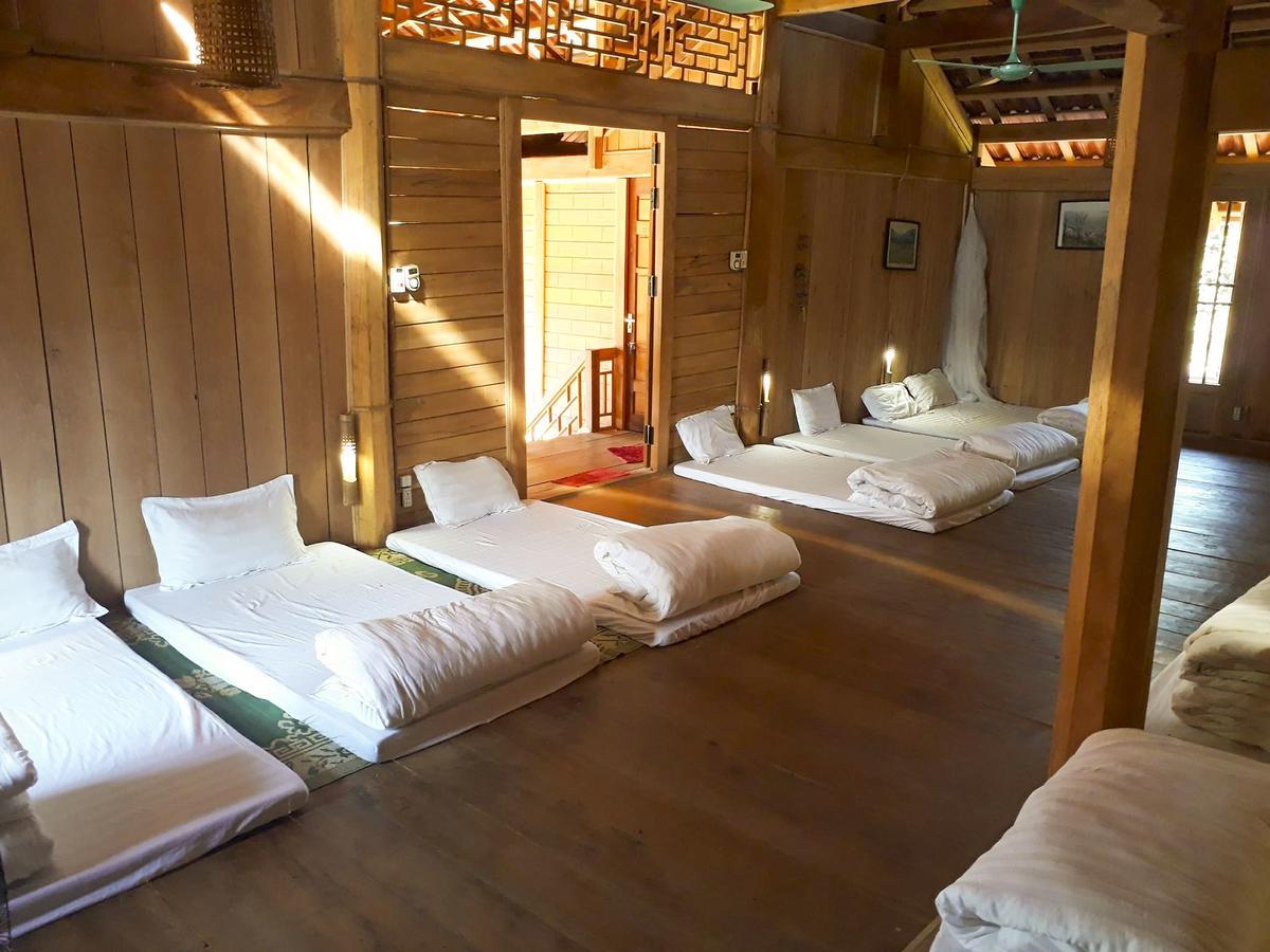 Phòng nghủ tập thể trong nhà sàn ở gần Rừng Thông Bản Áng, Đông Sang, Mộc Châu.