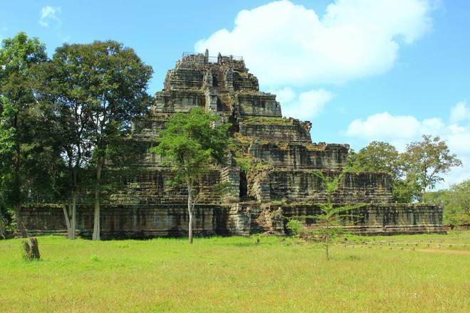 Koh Ker thuộc tỉnh Preah Vihear, cách thành phố Siem Reap 140km về phía Đông Bắc, được vua Jayavarman IV cho xây dựng trong 23 năm (từ năm 921 đến năm 944). Trong hình là Prasat Thom - được mệnh danh là Kim tự tháp của nền văn minh Angkor - uy nghi giữa trời mây xanh biếc và rừng già cổ thụ.