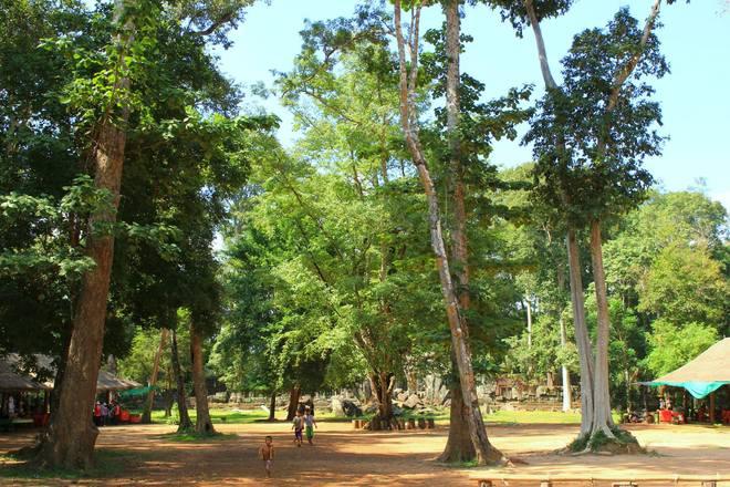 Trái ngược với những hàng quán buôn bán dày đặc quanh cố đô Angkor, Koh Ker chỉ có vài túp lều nhỏ kinh doanh và không mấy đắt đỏ. Cuộc sống ở đây chậm rãi và bình dị, tách biệt hẳn với những khu di tích nổi tiếng khác.