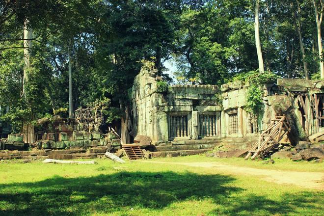 Như bao di tích khác của Campuchia, Koh Ker ẩn mình giữa rừng sâu hàng ngàn năm qua. Nét huy hoàng trên từng chi tiết, đường nét kiến trúc vẫn còn đó dù khắp nơi trong khu vực đã bị đổ nát do thời gian và chiến tranh.