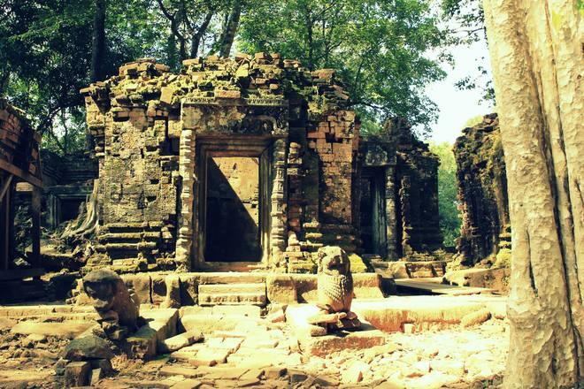 Thời gian, chiến tranh và con người đã tàn phá một trong những công trình kiến trúc vĩ đại của nền văn minh Angkor. Các công trình phụ cận xung quanh đền tháp chính đang được bảo tồn và gìn giữ trong cấp bách.