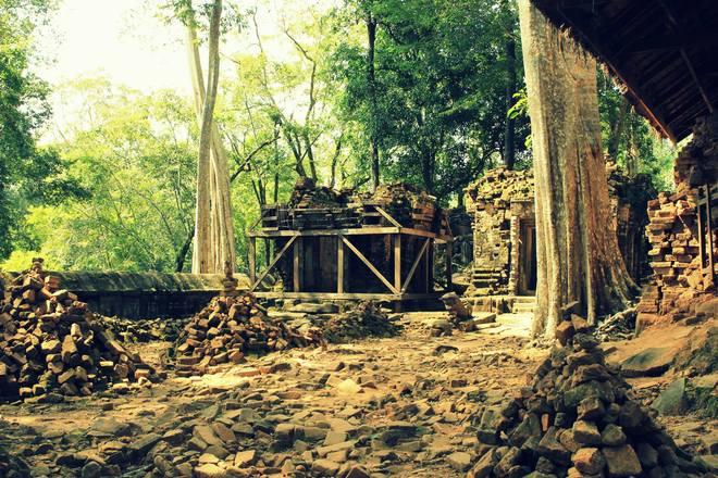 Sự điêu tàn của Koh Ker hiện lên rất rõ ở những công trình phụ xung quanh ngôi đền chính Prasat Thom. Chính phủ Campuchia đang cố gắng gìn giữ một trong những công trình kiến trúc độc đáo bậc nhất trong lịch sử văn minh của họ.
