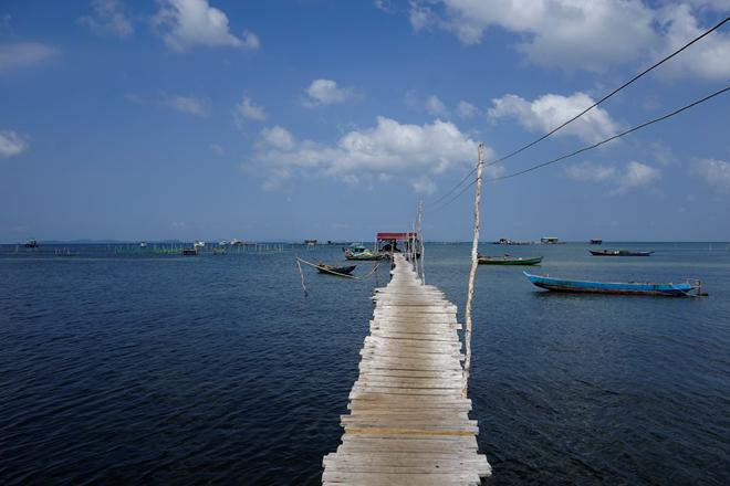 Nằm ở phía bắc đảo, Rạch Vẹm là một làng chài tương đối nhỏ, với 170 hộ dân, chủ yếu làm nghề chài lưới. Ấp Rạch Vẹm cách thị trấn Dương Đông khoảng 20 km. Bạn có thể di chuyển đến đây bằng xe máy hoặc xe ô tô.