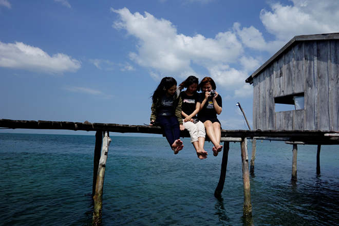 Nước biển trong veo khiến bạn không thể nào từ chối một cú nhảy ùm từ trên bè xuống.