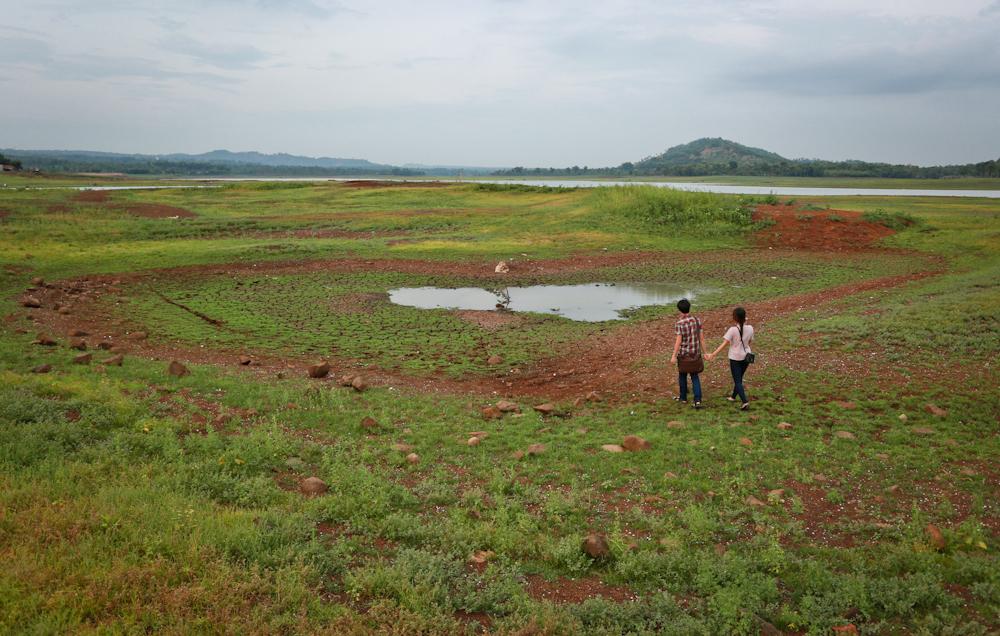 Một hồ nước nhỏ hình trái tim do các bạn trẻ tự làm trên lòng hồ Ea Kao
