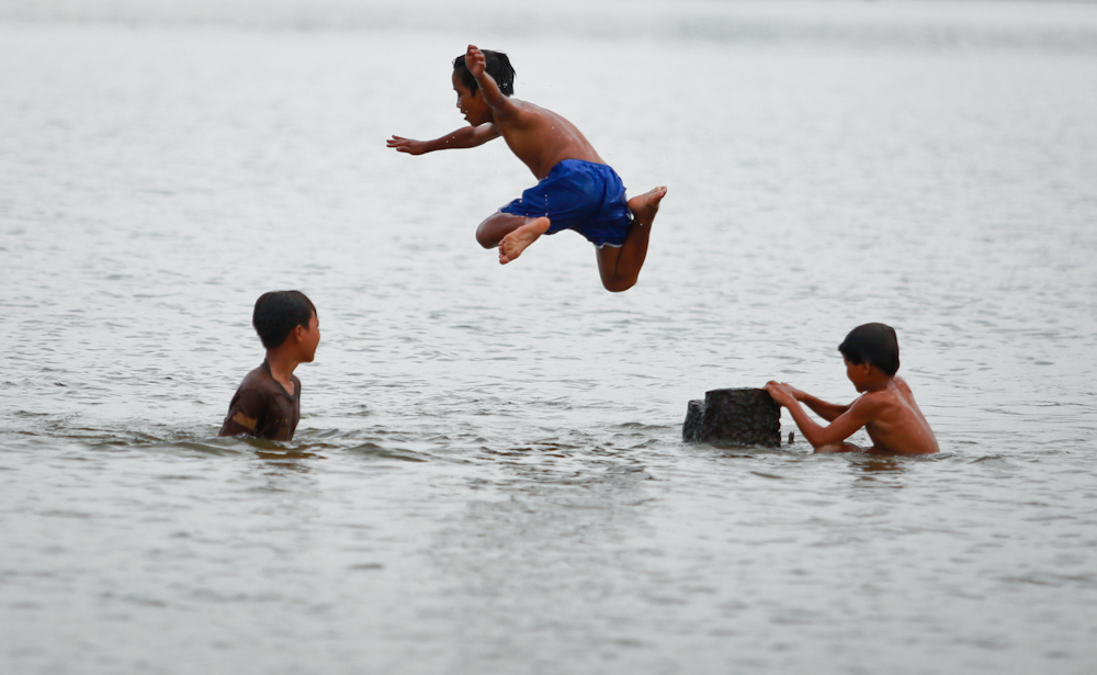 Những đứa trẻ Ê Đê tắm trên hồ