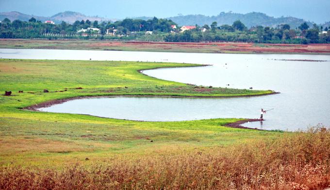 Một góc hồ Ea Kao. Tên gọi của hồ được người đồng bào Ê Đê sống gần khu vực hồ đặt theo tên dòng suối Ea Kao