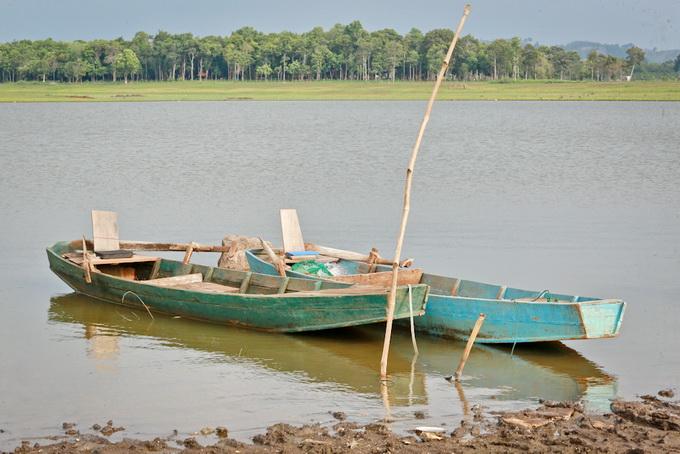Những chiếc thuyền gỗ đánh bắt cá trên hồ đã hành nghề gần 20 năm nay