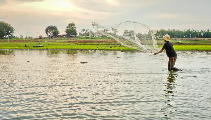 Dân chài quăng lưới đánh bắt cá trên hồ. Hồ Ea Kao còn là nơi cung cấp các mặt hàng thủy sản nước ngọt phong phú cho TP Buôn Ma Thuột