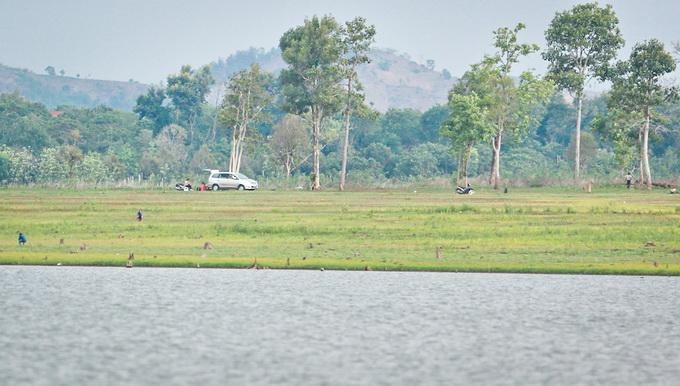 Khung cảnh hồ nước đan xen với rừng cây tự nhiên khiến hồ Ea Kao trở thành điểm dã ngoại của nhiều nhóm bạn trẻ và các gia đình vào dịp cuối tuần