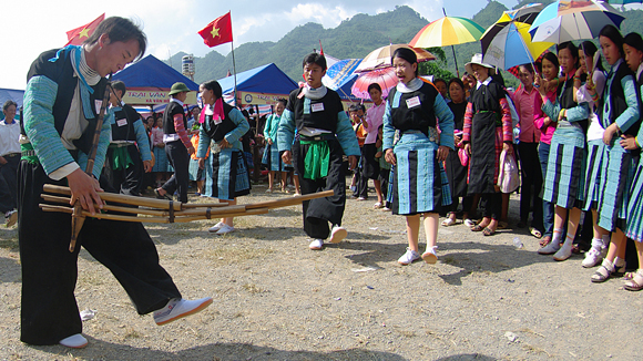 biểu diễn dân ca, dân vũ, tấu nhạc cụ dân tộc