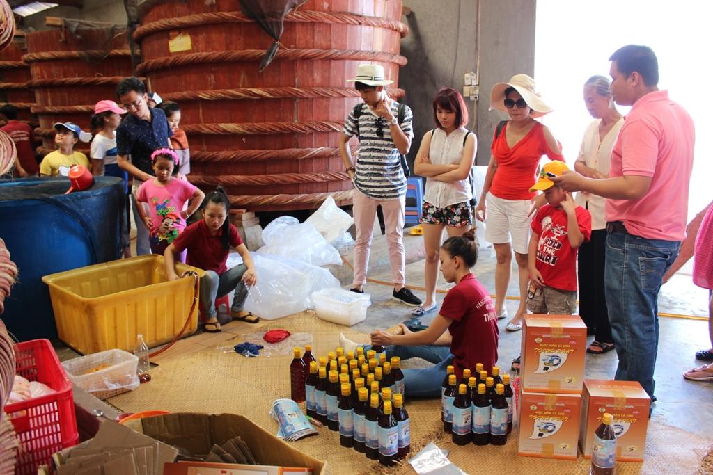 Du khách tham quan cơ sở sản xuất nước mắm Thịnh Phát.