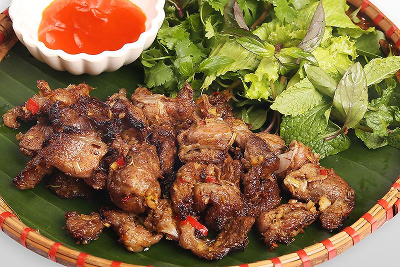Thịt lợn đen được ướp cùng hạt mắc khén rồi đem kẹp lại bằng cây rừng và nướng