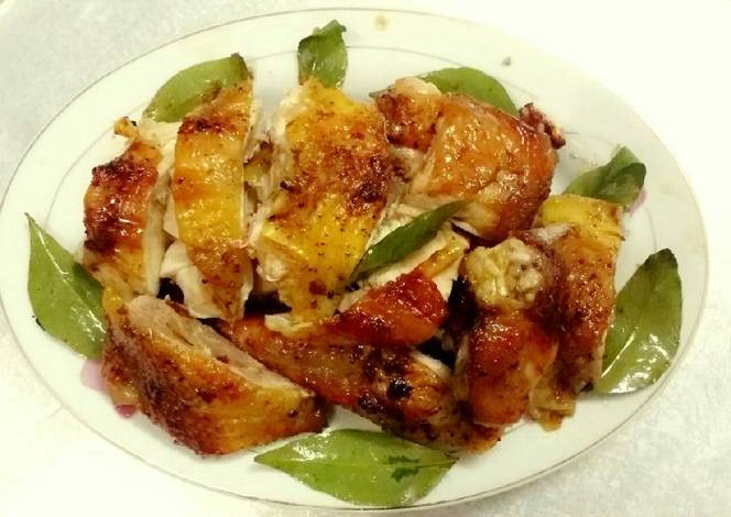 Thịt gà được nướng lá mắc mật