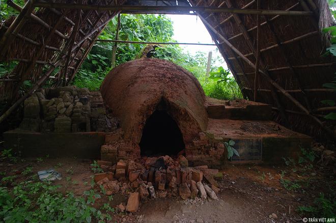 Tuy nhiên, làng Phước Tích nổi tiếng khắp cả nước bởi nghề làm gốm. Gốm ở Phước Tích nổi tiếng bởi độ bền, bón mịn và tinh xảo. Tất cả các sản phẩm gốm cổ đều được làm bằng tay, và đun bằng củi trong các lò sấp, lò ngửa.
